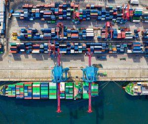 Containers dans un port de commerce (Source : Tom Fisk sur Canva)